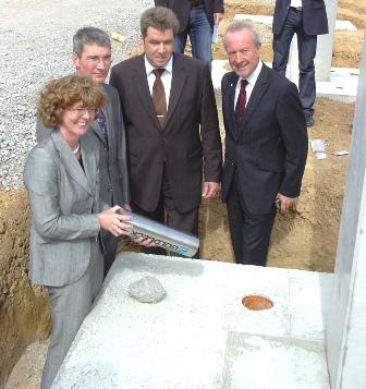 23.06.2009, Grundsteinelegung für Lohfelden I (v.l.n.r.) Frau P. Sommer (TGI), Herr T. Wedekind (TGI),  Herr C. Spangenberg (Nibler Gruppe), Herr M. Reuter (OB Lohfelden)